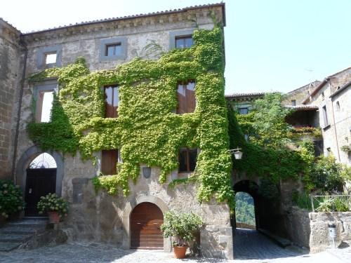 Civita_di_Bagnoregio-case2