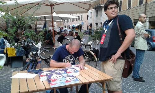Alessio Spataro firma le copie di