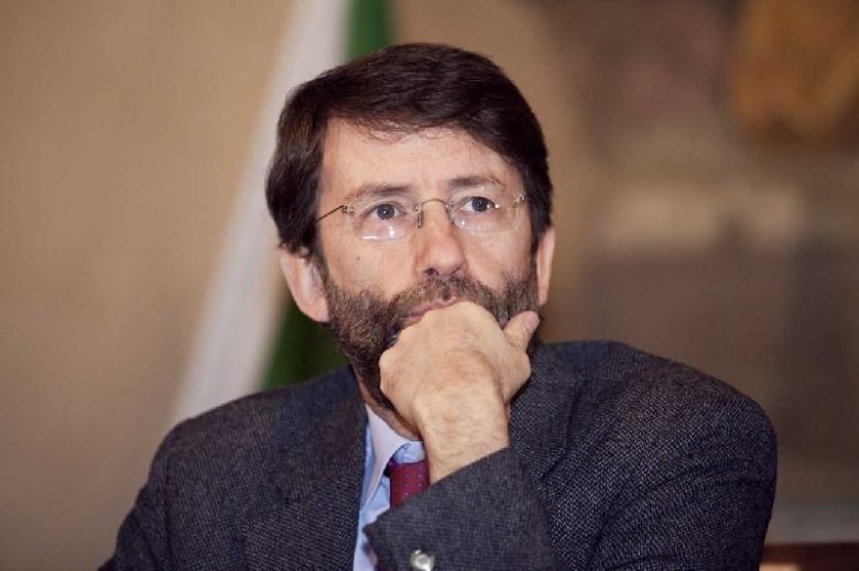 man-beard-glasses-uomo-giacca-cravatta-occhiali-barba