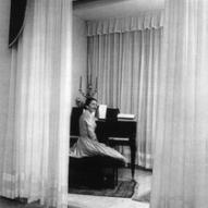 2_Maria Callas nella sua casa milanese seduta al pianoforte, con il candelabro donatole dal teatro alla Scala, 1955 ©
