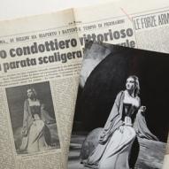 15_Maria Callas in Norma al Teatro alla Scala, Milano 7 dicembre 1955 con il giornale La Patria, 8 dicembre 1955 ©