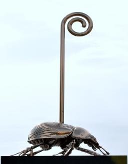 Scarabeo stercorario sacro con bastone da passeggio (2012) Bronzo al silicio Foto di Mauro Sani © Angelos Bvba