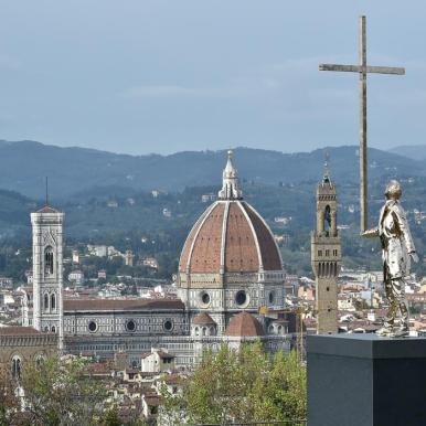 L'uomo che porta la croce (2015) Bronzo al silicio Foto di Mauro Sani © Angelos Bvba