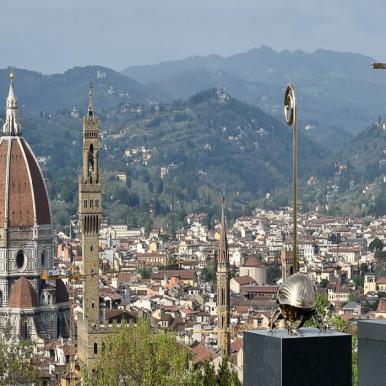 Scarabeo stercorario sacro con bastone da passeggio (2012) e l'uomo che porta la croce (2015) Bronzo al silicio Foto di Mauro Sani © Angelos Bvba
