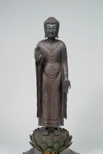 Inken (attr.) Shaka Nyorai (Śākyamuni) Periodo Kamakura, XIII secolo Legno parzialmente dipinto, altezza 97 cm. Bunkachō (Agency for Cultural Affairs) Importante proprietà culturale