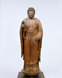 Yakushi Nyorai (Bhaişajyaguru) Periodo Heian, VIII secolo Legno non dipinto, altezza 164,8 cm. Gangōji, Nara Tesoro nazionale