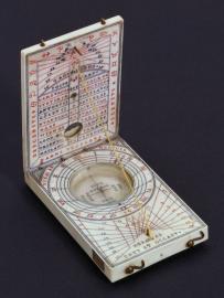 Orologio solare dittico Hans Troschel (attivo a Norimberga, 1614-1634) fra 1614 e 1634 avorio, vetro, metallo; cm 9 × 5,5 × 9,5 (aperto) Firenze, Museo Galileo – Istituto e Museo di Storia della Scienza