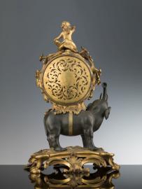 Orologio da mensola cassa: manifattura francese meccanismo: Jean François Béeckaert (1720-1783 circa) XVIIIsecolo bronzo dorato, ottone, acciaio; cm 46,5 × 31 × 21 Firenze, Gallerie degli Uffizi, Museo della Moda e del Costume