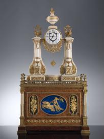 Orologio da mensola cassa: manifattura francese meccanismo: Meuron & Comp.e 1790-1800 circa marmo bianco, ottone dorato, bronzo cesellato dorato (orologio); radica d'ulivo impiallacciato, stagno, ottone, bronzo cesellato, sbalzato e dorato (cassa e organo); cm 73 × 50 × 16 (orologio); cm 51 × 63 × 37 (cassa) Firenze, Gallerie degli Uffizi, Galleria Palatina e Appartamenti Reali, Sala della Carità