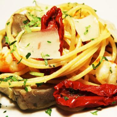 """Spaghetti del """"pescatore contadino"""" con mazzancolle, carciofi, pomodori secchi, mentuccia romana e scaglie di pecorino romano"""