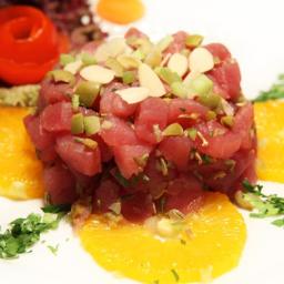 Mini tartara di tonno con arance, semi di finocchio e scaglie di mandorle