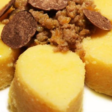 Mini goccioloni di polenta con ragù di agnello in bianco e tartufo nero