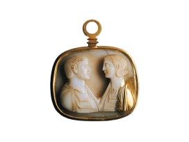 Medaglione d'oro di fattura moderna con cammeo del III secolo dopo Cristo raffigurante una coppia di sposi (dal Tesoro di Via Alessandrina)
