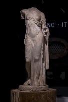 Statuetta di Afrodite tipo Louvre-Napoli, prima metà del I sec. d.C. marmo pentelico, h cm 118 Roma, Musei Capitolini, Centrale Montemartini, inv. S 1078