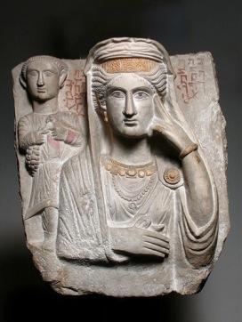 Rilievo funerario con ritratto di Batmalkû e Hairan III secolo d.C. Calcare dorato e dipinto, 53,5 x 47,3 x 16,5 cm Museo delle Civiltà - Collezioni d'Arte Orientale 'Giuseppe Tucci' di Roma