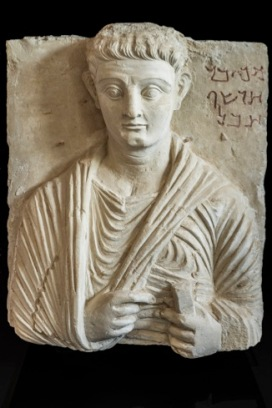 Rilievo funerario con ritratto di Makkai Terzo quarto I secolo d.C. Calcare, 54 x 42 cm Collezione privata © Gianluca Baronchelli