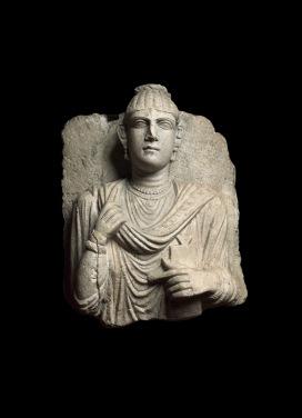 Rilievo funerario con busto femminile Seconda metà II secolo d. C Calcare grigio, 45 x 36 x 17 cm Musei Vaticani © Gianluca Baronchelli