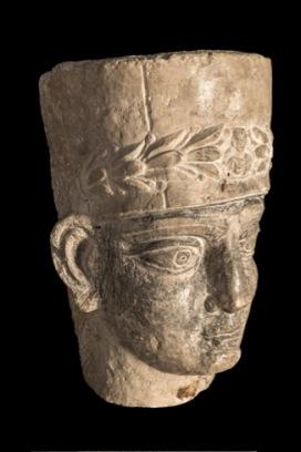 Testa di sacerdote da sarcofago palmireno Seconda metà II-inizi III secolo d.C. Calcare, h. 30 cm Terra Sancta Museum - sezione archeologica, Gerusalemme © Gianluca Baronchelli