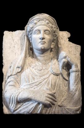 Rilievo funerario con ritratto femminile Primi decenni III secolo d.C. Calcare, 59 x 46 cm Museo di Scultura Antica Giovanni Barracco © Gianluca Baronchelli