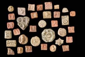 Tessere palmirene I-III secolo d.C. Terracotta, da 0,9 x 1,2 a 3,3 x 3 cm, spessore da 0,2 a 1 cm Terra Sancta Museum - sezione archeologica, Gerusalemme © Gianluca Baronchelli