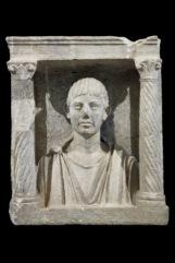 Monumento a edicola con ritratto di defunto Inizio II secolo d.C. Calcare, 71,5 x 60 x 29 cm Museo Archeologico Nazionale di Aquileia © Gianluca Baronchelli