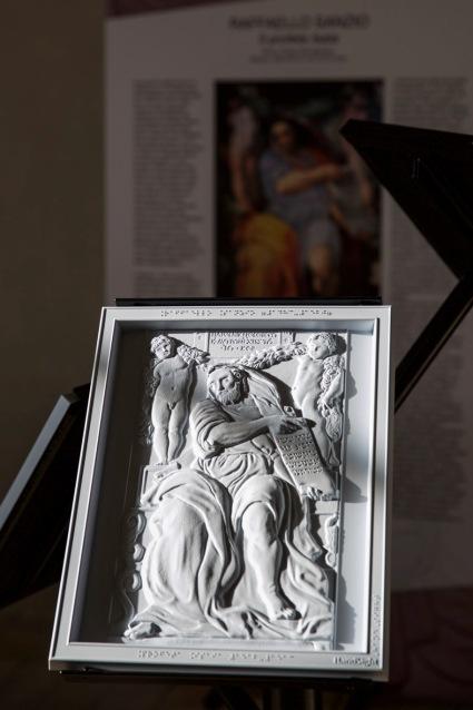 """Quadro tattile con particolare raffigurante il Profeta Isaia di Raffaello. Mostra """"Raffaello, Correggio, Caravaggio: un'esperienza tattile.Sulle orme di Scannelli"""",Palazzo Rospigliosi di Zagarolo -novembre 2016"""