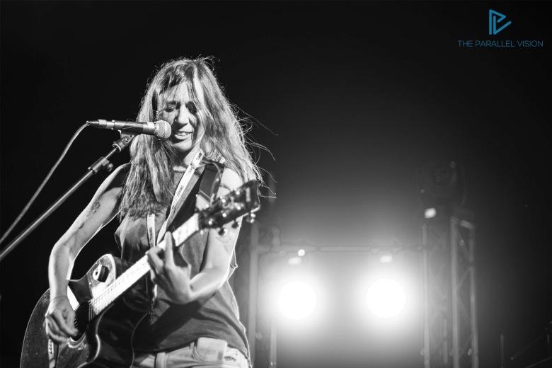 girl-singing-gutar-black-and-white-ragazza-suona-chitarra-e-canta