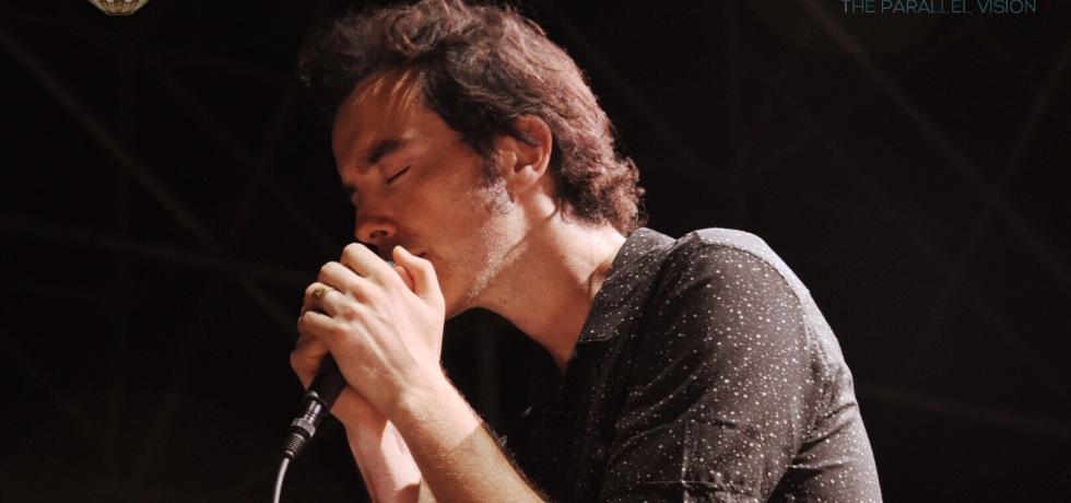 ragazzo-canta-microfono