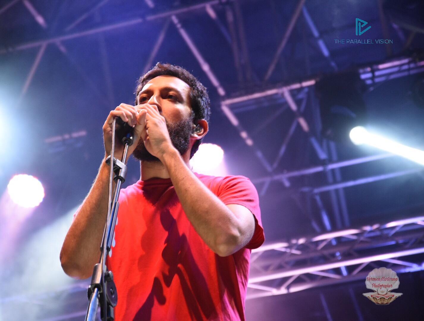 ragazzo-microfono-maglietta-rossa