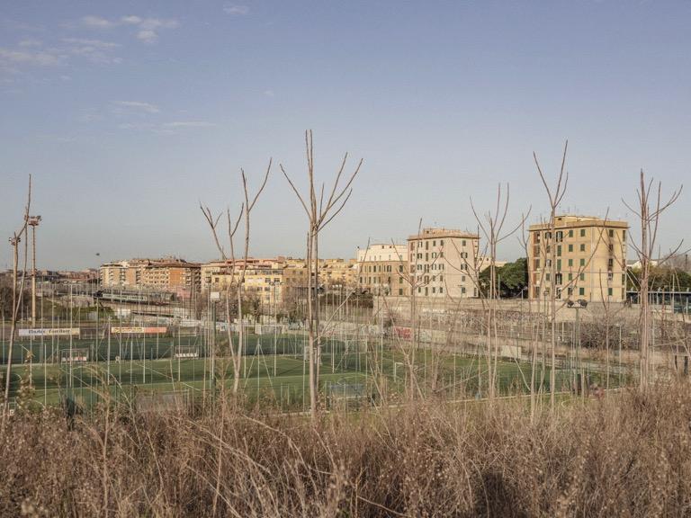 palazzi-campo-calcio-alberi-cielo