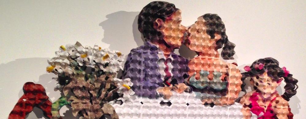cartone-scultura-uomo-donna-bambina-bacio