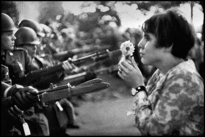 Marc Riboud: Jan Rose Kasmir affronta la Guardia nazionale americana davanti al Pentagono durante una manifestazione contro la guerra del Vietnam, Washington DC, 1967. © Marc Riboud/Magnum Photos/Contrasto
