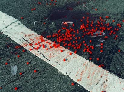 Christopher Anderson: Ciliegie cadute su un passaggio pedonale. New York, USA, 2014.© Christopher Anderson/Magnum Photos/Contrasto