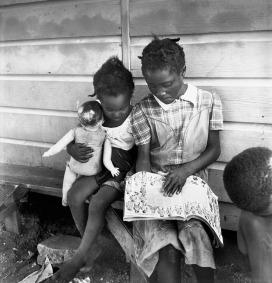 Eve Arnold: Figli di raccoglitori di patate immigrati. Long Island, New York 1951. © Eve Arnold/Magnum Photos/Contrasto