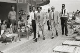 Frank Sinatra con le sue guardie del corpo Frank Sinatra with his bodyguards Miami, 1968 58 x 78 cm © Terry O'Neill