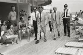 Frank Sinatra con le sue guardie del corpo Frank Sinatra with his bodyguards Miami, 1968 58 x 78 cm © Terry O'Neill