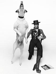 David Bowie in posa per il suo album Diamonds Dogs David Bowie posing for his album Diamonds Dogs Londra / London, 1974 91 x 73 cm © Terry O'Neil