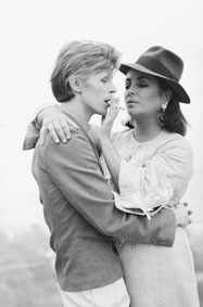 David Bowie ed Elizabeth Taylor a casa del regista George Cukor David Bowie and Elizabeth Taylor in the house of film director George Cukor Los Angeles, 1975 91,1 x 73 cm © Terry O'Neill