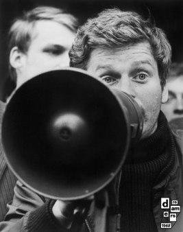 DREAMERS 1968 AFP Il leader studentesco francese Daniel Cohn Bendit e manifestanti tedeschi tengono una protesta al confine franco tedesco 25 maggio