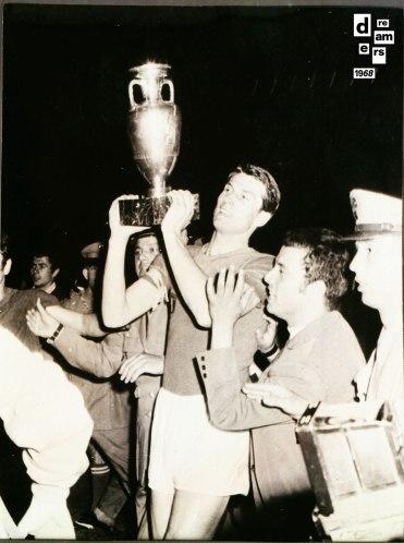 DREAMERS 1968 AGI Giacinto Facchetti capitano della Nazionale alza la coppa dei campionati europei vinti a Roma contro la Jugoslavia 10 giugno