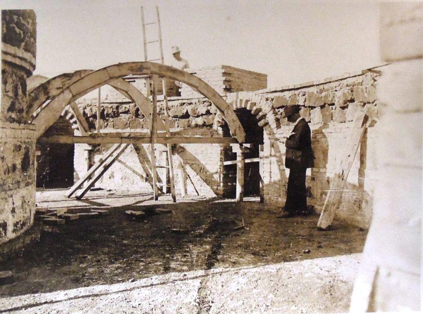 Raffaele de Vico supervisiona la costruzione della camera di fondazione del serbatoio d'acqua a Villa Borghese, 1923, stampa fotografica, Archivio Storico Capitolino