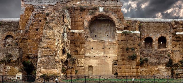 Tratto di Mura con soprastante acquedotto lungo la via Casilina Vecchia