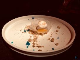 """""""Ma non c'era il dessert?"""": cialda di zucchero, marshmallows, mango crumble al rosmarino, alghe e tè verde, gocce di blu coracao"""