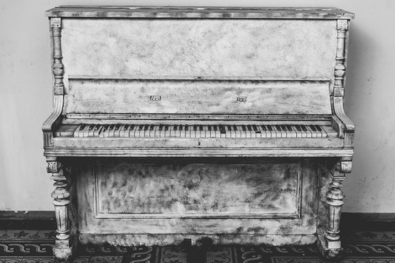 antique-black-and-white-musical-instrument-159367