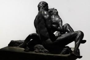 eros-e-le-sue-ombre-Un-bacio-bronzo-su-pietra-(cm-25-x-15)