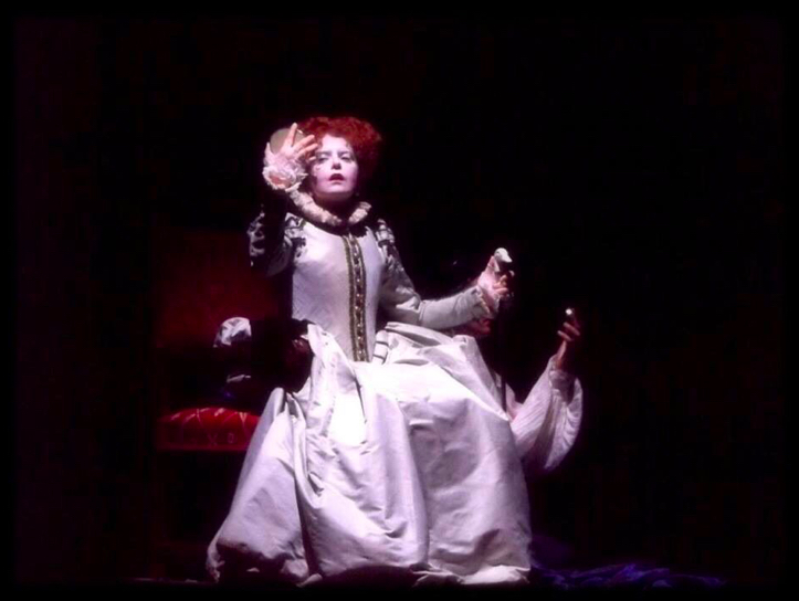 queen-elizabeth-globe-theatre-redhair-woman