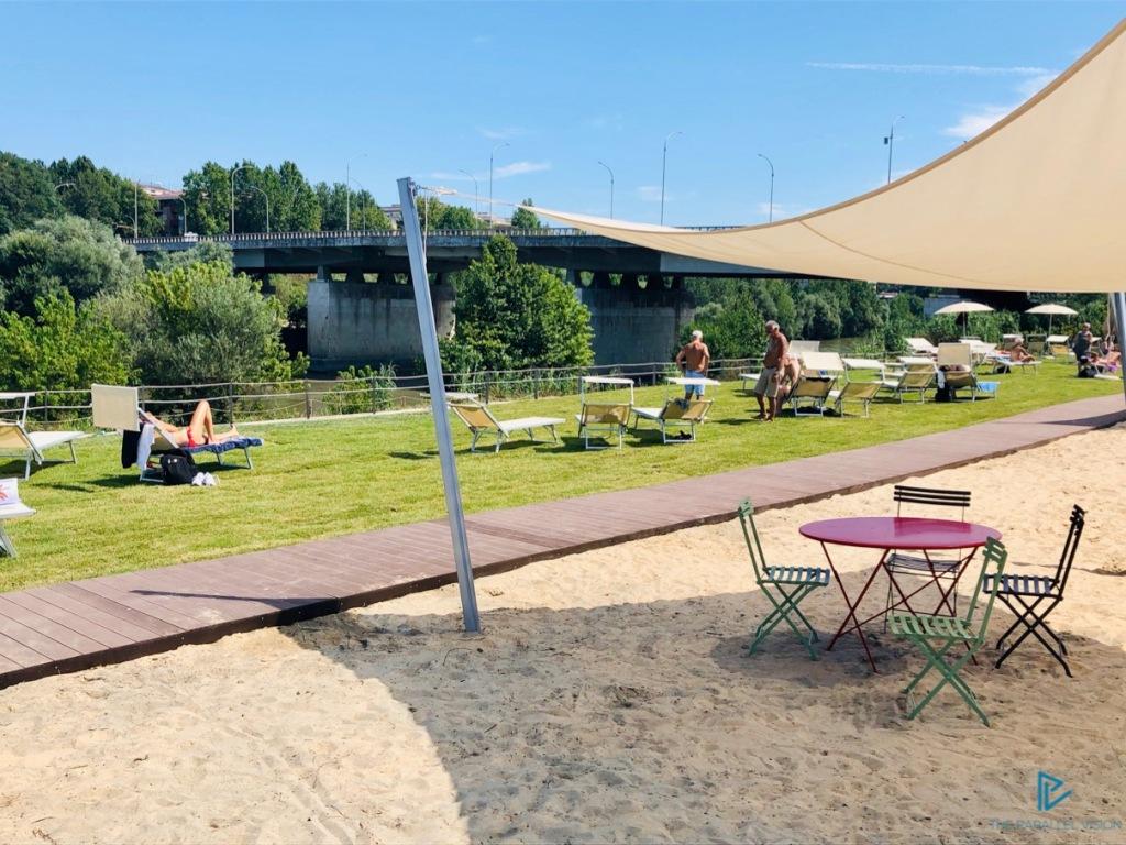 tiberis-ponte-marconi-roma-tevere-2019-sabbia-erba-verde-alberi-fiume-sedie-tavolini-sdraino