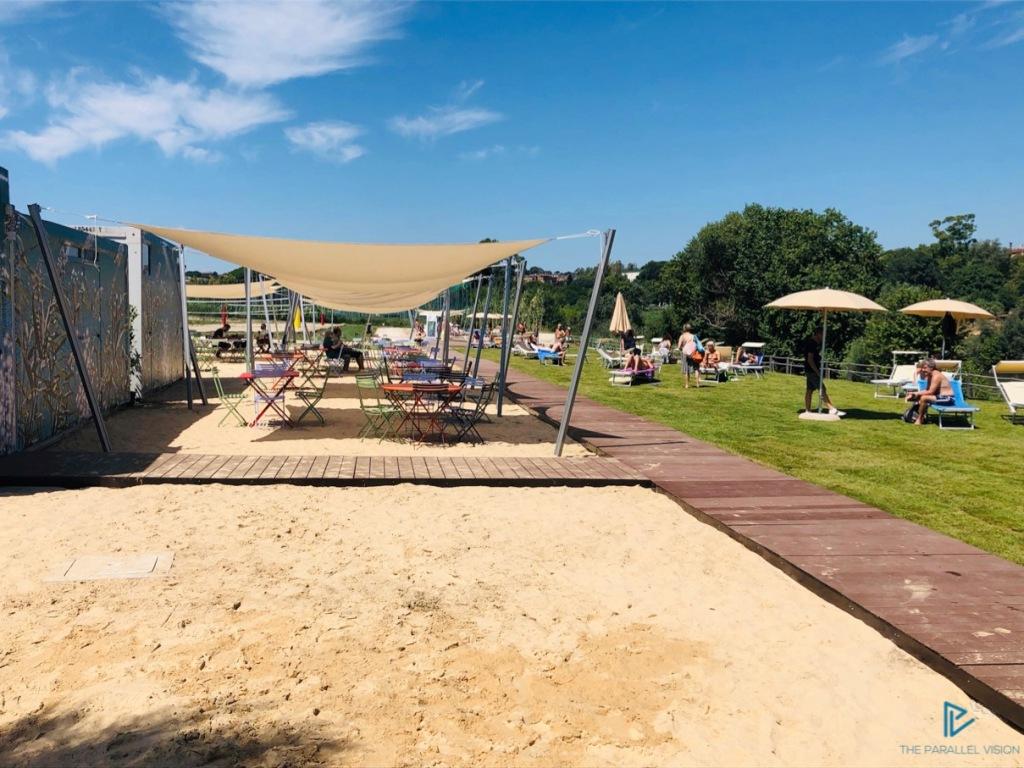 tiberis-ponte-marconi-roma-tevere-2019-sand-spiaggia-green-erba-alberi-ombrelloni-sedie
