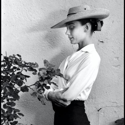 "Inge Morath, Audrey Hepburn sul set di ""Unforgiven"", Messico, 1959"