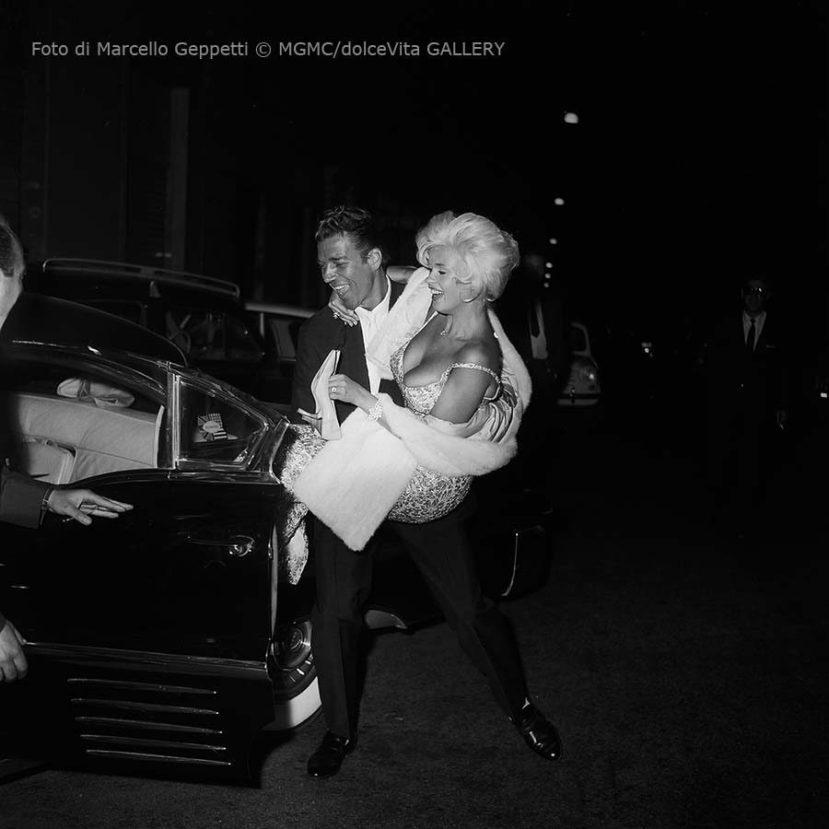 _G Archivio Geppetti Mike Hargitay e Jayne Mansfield in braccio (1)